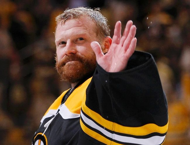 Boston Bruins goalie Tim Thomas thumbs nose at traditional White House visit